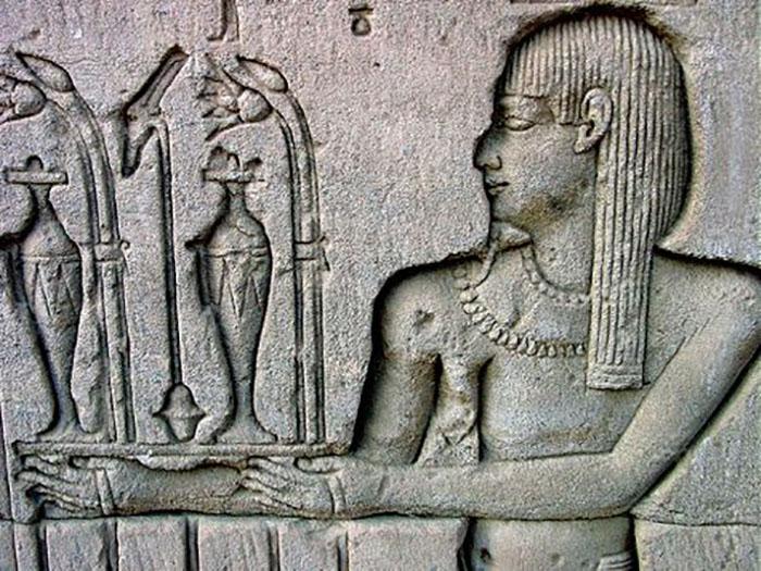 Первые упоминания о парфюмерии и химии относятся к XII веку до нашей эры.